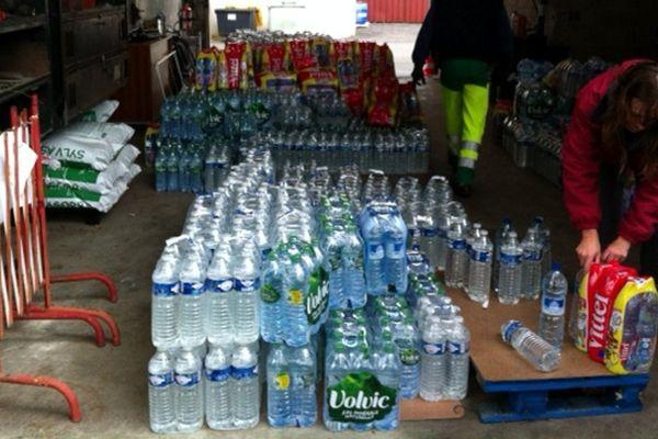 Plus d'eau potable : stocks de bouteilles d'eau pour distribution à la population