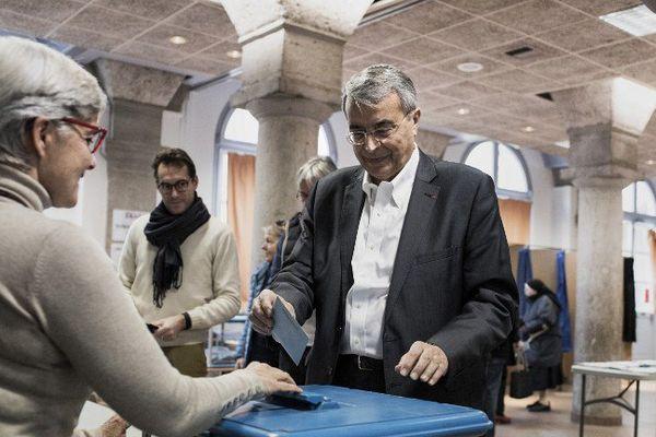 JJ Queyranne ,hier,dans son bureau de vote