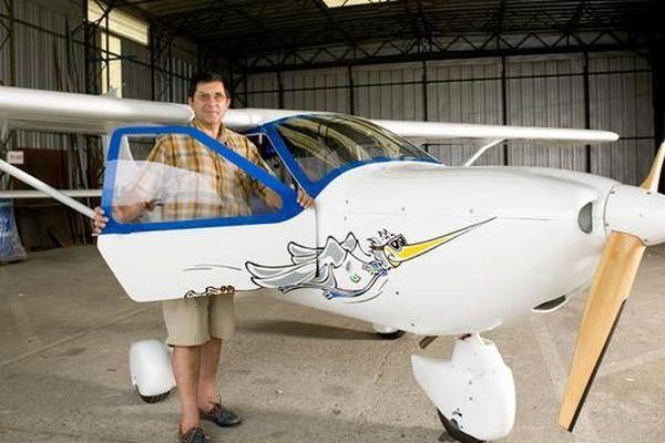 Gérard Saint-Genès, un habitant du Puy-de-Dôme, a mis un peu plus de 800 heures à monter son avion en kit en 2005.
