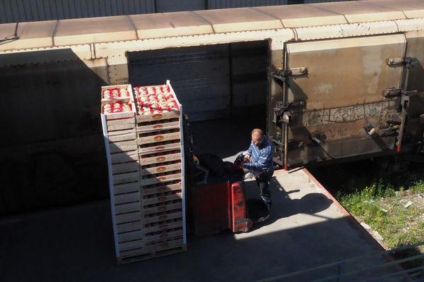 Un employé charge le dernier train alimentant le marché de Rungis, dans le Val-de-Marne.