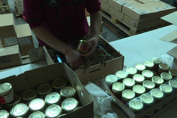 Les paniers garnis offerts aux salariés remplacent les repas festifs en entreprise.