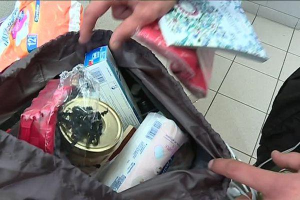 Dans les sacs à dos distribués aux SDF on peut trouver 4 kits différents