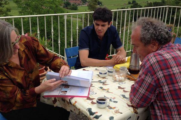 Le porte-parole du collectif Chalonnais, Gérard Mayen (à d.), et le porte-parole du collectif national, Abdel Aouacheria (au centre) et une victime (à g.)