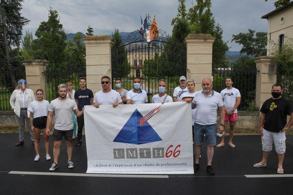 Les patrons de discothèques des Pyrénées-Orientales ont manifesté devant la mairie de Prades pour interpeller le maire de la ville et Premier ministre Jean Castex sur leur situation. 12/07/2020.