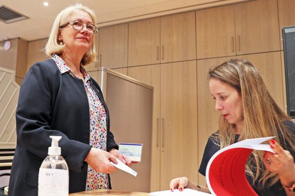 Michèle Lutz, maire de Mulhouse, lors du vote du premier tour des élections municipales, le 15 mars 2020