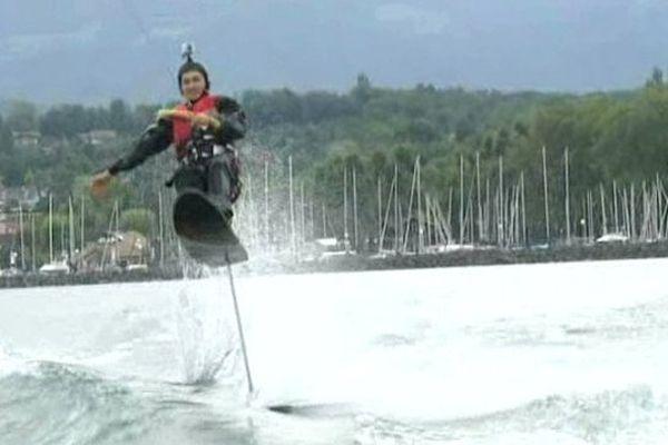 Ils sont quelques uns à pratiquer le sky ski sur le lac Léman