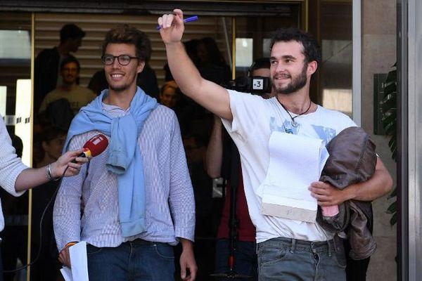 2 des 3 militants, à leur sortie du palais de justice. A gauche, Théo Buckmaster (Belgo-Suisse.) A droite, Bastien Shauffer, (Suisse).