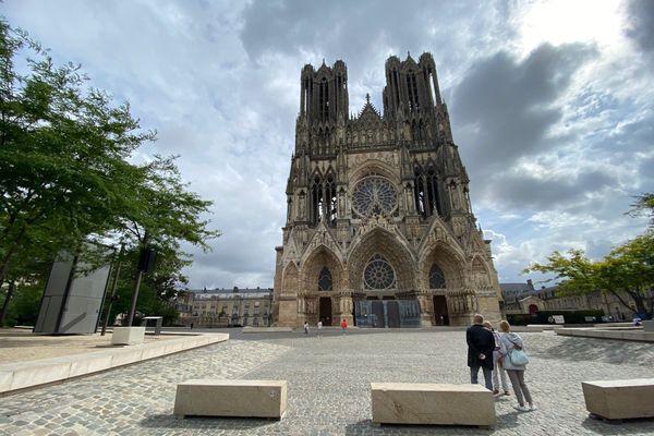 Des touristes devant la cathédrale de Reims