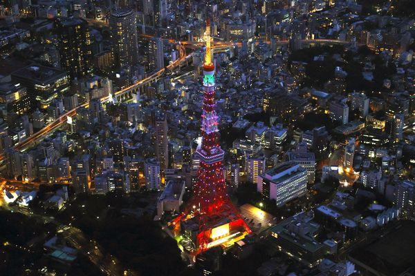 La tour de Tokyo, construite sur le modèle de la Tour Eiffel, est utilisée pour diffuser la NHK, télévision publique japonaise.