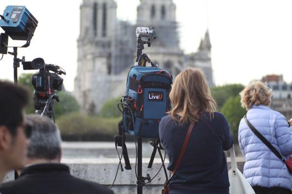 Les médias du monde entiers sont présents sur les lieux deux jours après l'incendie