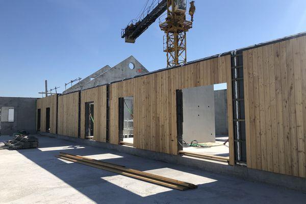 Un programme immobilier d'Eden Promotion en cours de construction à Lagord près de La Rochelle. Ce projet bas carbone nécessite beaucoup de bois et d'acier, des matériaux impactés par la hausse des prix.