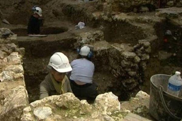 Quatorze personnes travaillent sur ce chantier de fouilles au coeur du centre médiéval d'Elbeuf
