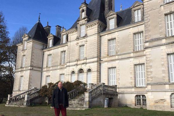 """Didier Hodiamont et son projet """"Melofolia"""" devant le château de Chauffaille à Coussac-Bonneval"""