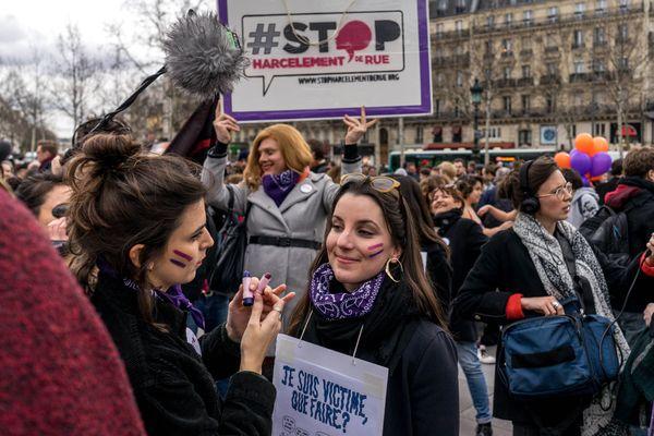 A l'occasion de la journée des droits des femmes, des manifestantes dénoncent le harcèlement de rue à Paris le 8 mars 2019.