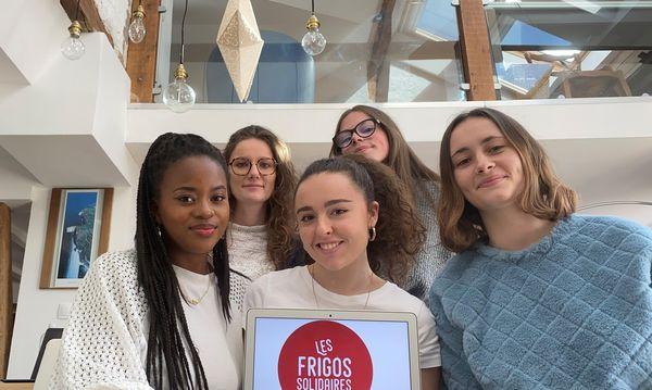 Les cinq étudiantes à l'origine du nouveau frigo solidaire de Nancy.