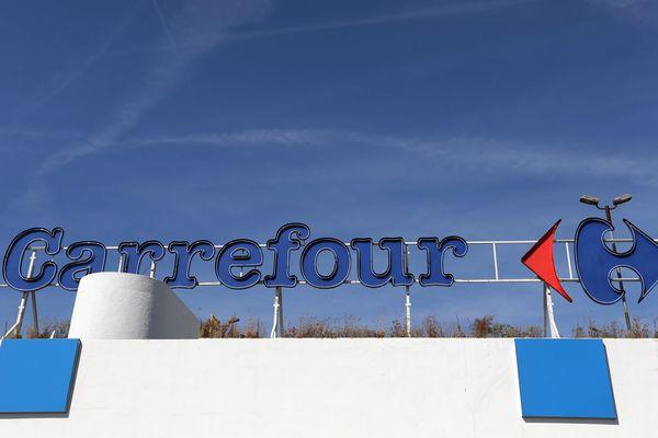 Les syndicats craignent un plan massif de licenciement, ce que la direction de Carrefour dément. Une annonce précise sera faite le 23 janvier prochain.