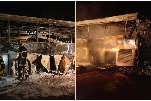 Le bus a été très endommagé par les flammes, puis l'eau des pompiers.