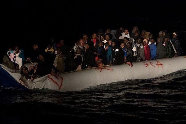 Illustration. Sauvetage en Méditerranée d'un groupe de réfugiés dans un canot pneumatique. A son bord, 112 personnes, dont 38 enfants.
