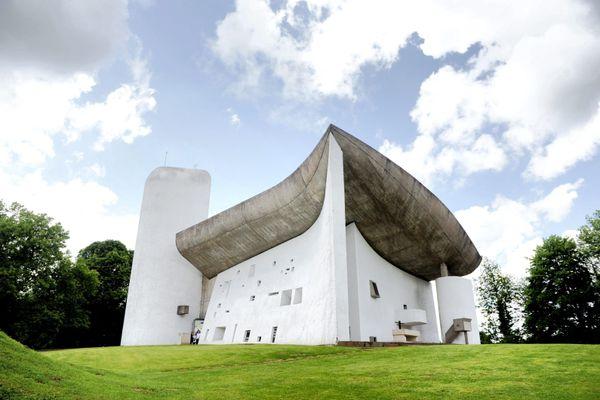 La chapelle de Ronchamp, dessinée par Le Corbusier.