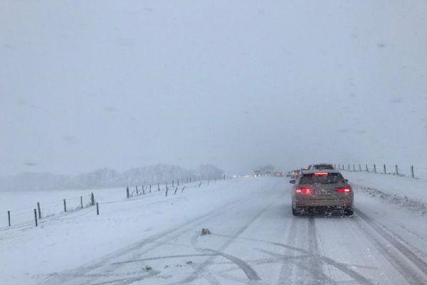 Dans le Puy-de-Dôme et le Cantal, la circulation est difficile depuis le passage de la tempête Bella, en raison de la neige et du verglas.