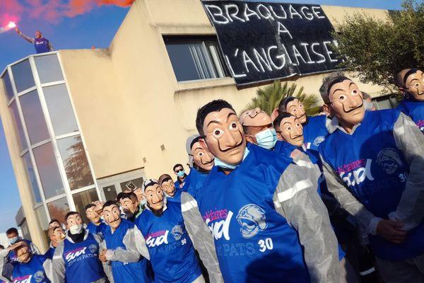 La colère des sapeurs-pompiers du Gard. Masqués, ils manifestent devant le SDIS pour protester contre le non-respect d'un protocole d'accord signé en 2017 et le non-versement de la prime Covid.