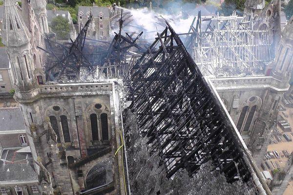 Ce qu'il reste de la toiture de la basilique Saint-Donatien