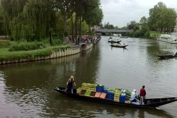 Les hortillons descendent le fleuve comme autrefois dans des barques cornet.