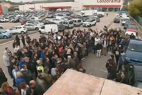 Une centaine de personnes étaient réunies ce matin à Plan de Campagne