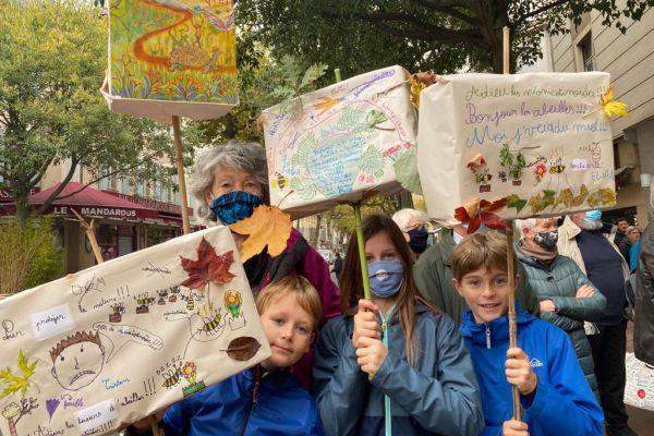 Ces enfants sont venus accompagnés de leur mamie à la manifestation organisée par des apiculteurs aveyronnais à Millau pour les soutenir.