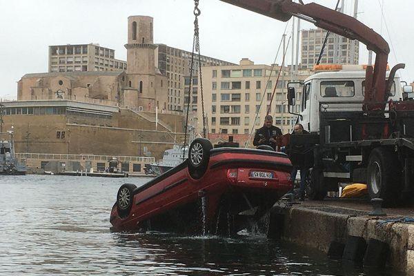 Illustration - Ce lundi matin, une voiture est tombée dans le Vieux-Port; c'est la deuxième fois en quelques mois.