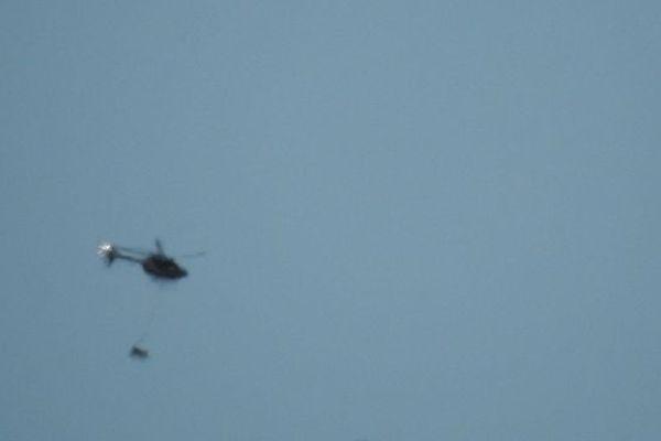 L'hélicoptère transportant la cage de l'ourse en vallée d'Ossau ce matin.