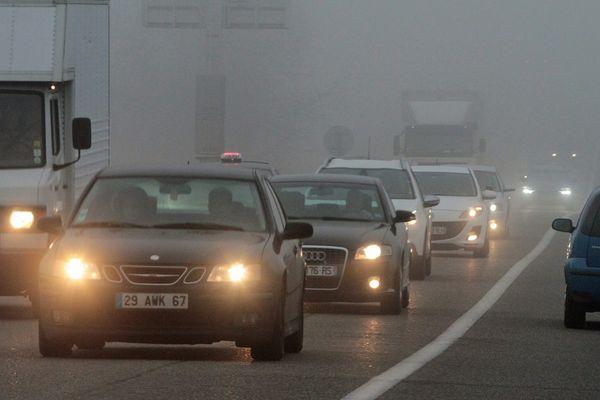 Des automobiles circulent sur le réseau autoroutier le 6 décembre dernier, jour de pic de pollution aux particules fines.