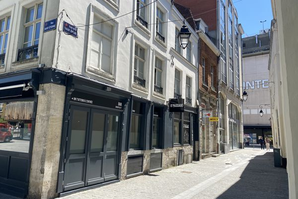 La victime, âgée de 32 ans, a été découverte rue des 2 Épées, non loin du Nouveau Siècle dans le centre-ville de Lille.