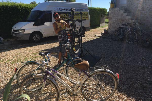 Tous les jours, Mickaël Filhon s'occupe d'une quinzaine dé vélo à réparer