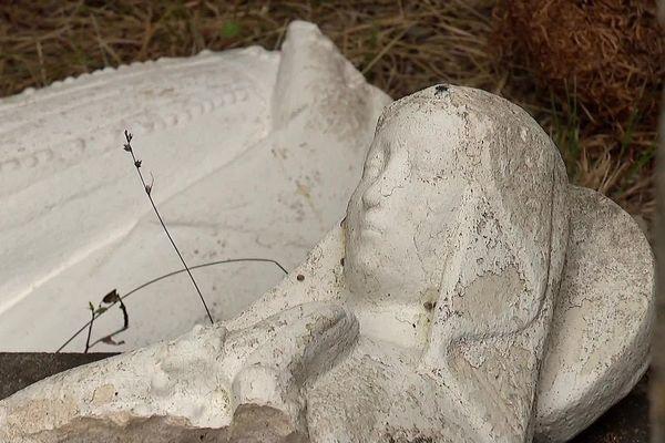 Le buste de la Vierge de Montaud gisait à côté du socle.