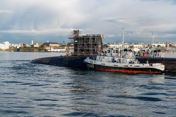 Le sous-marin nucléaire Le Terrible en transit de sa base opérationnelle de l'Île-Longue à Brest.