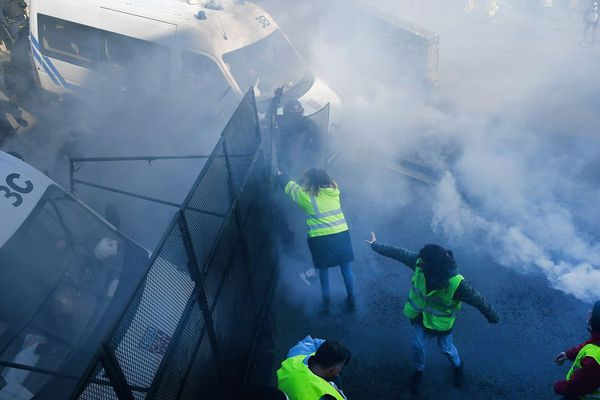 L'usage de gaz lacrymogènes lors de la manifestation des Gilets jaunes à Morlaix le 02 février -
