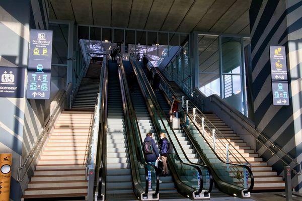 """Escaliers mécaniques, 53"""" vers le """"ciel"""" en canopée imaginée par l'architecte Rudy Ricciotti pour la nouvelle gare de Nantes"""