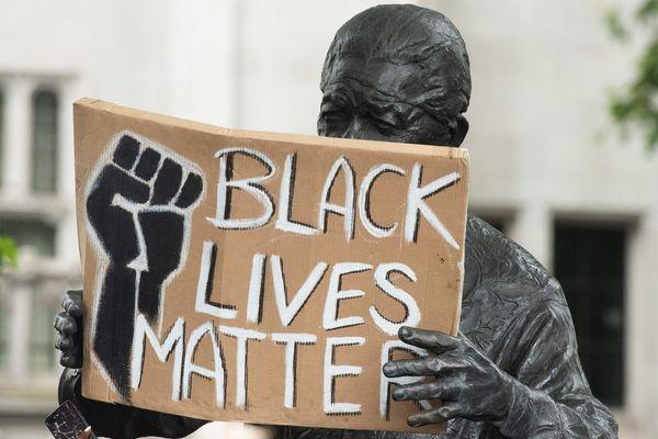 """A Londres, une statue de Nelson Mandela porte la pancarte """"Black Lives Matters"""" - Photo d'illustration"""
