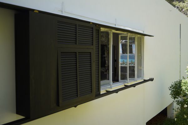 Même depuis l'arrière de la villa E-1027, la mer Méditerranée est visible grâce à un jeu de miroirs.