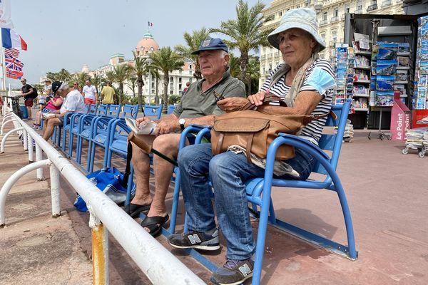 """Robert et Nicole viennent """"tous les jours"""" sur la promenade des Anglais, à Nice."""