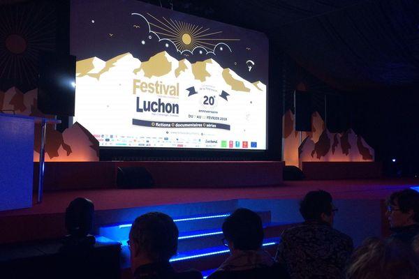 La cérémonie de clôture du 20è festival de Luchon se déroule dans la salle Claude Chabrol