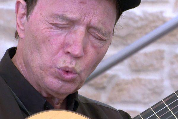 Curro Savoy, le célèbre siffleur de musiques de westerns rend hommage à Ennio Morricone depuis Béziers - 6 juillet 2020.