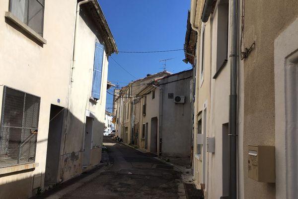 Rue déserte à Saint-André au 4ème jour du confinement.