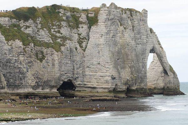 """La falaise d'Etretat avec (au centre et en bas) l'entrée du tunnel du """"Trou à l'homme"""""""
