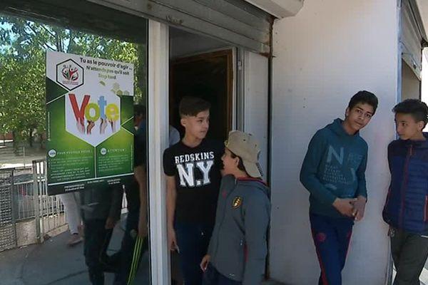 Des jeunes qu quartier de la Paillade à Montpellier se mobilisent pour inciter les habitants à aller voter ce dimanche - 19 avril 2017
