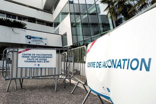 """Cannes (Alpes-Maritimes), le 23 janvier 2021 : le centre de vaccination situé dans le palais des festivals a été fermé """"faute de doses fournies par l'état""""."""