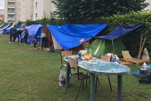 Le camp de migrants de Reims, installé sur un terrain de foot, dans le quartier de la Verrerie près du canal.