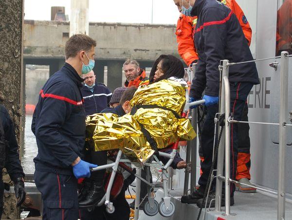 Une femme d'origine vietnamienne, en état d'hypothermie, secourue par les bénévoles de la SNSM et prise en charge par les pompiers à Calais, le 1er avril 2021.