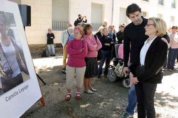 Maryvonne Lepage, la mère de Camille Lepage ici avec son fils Adrian le 19 mai 2014 à Angers